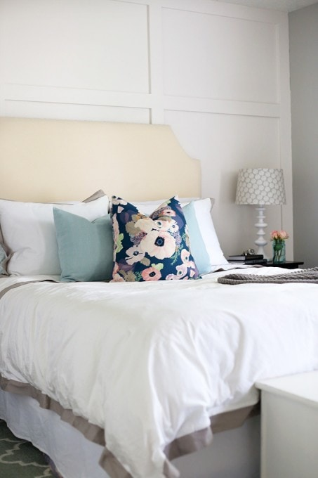 10 Simple Habits that Will Help You Stay Organized-- make the bed. I do this and can't believe how much it helps start my day off right! Click over to the post to see the other 9 tips!