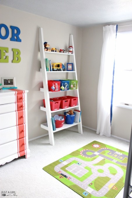 Tips and tricks for decluttering the kids' room-- we so need to do this in our house! Click over to the post for details!