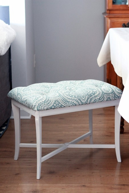 Super cute DIY tufted bench! She uses a genius method to do the tufting! Click through to the post to see how!