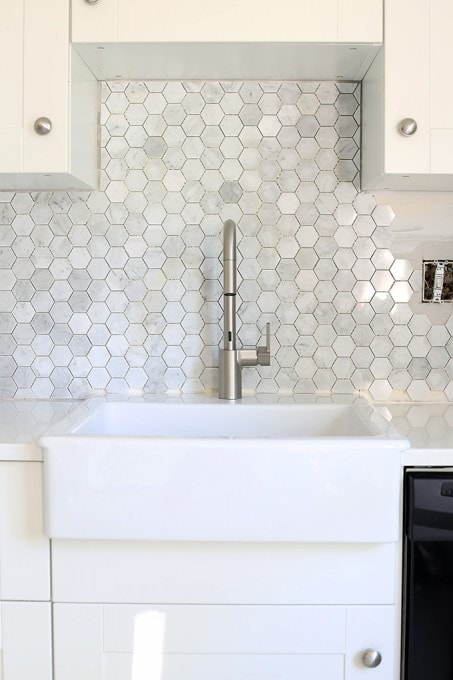 Do not choose new backsplash tile for your kitchen before you read these tips and tricks! So smart! Pop over to the post to read more!