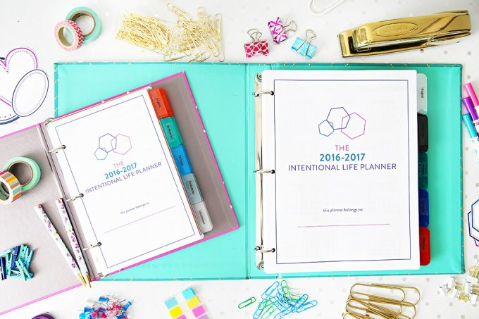 This gorgeous planner will help you meet all of your goals this year! Click through to the post to read more!