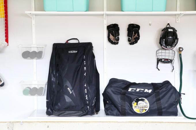 Stockage pour l'équipement de hockey dans un garage organisé