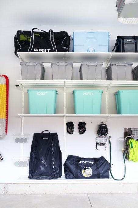 Articles de hockey et articles de pêche organisés dans un garage organisé