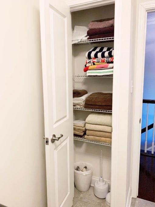 Öffnen Sie den Wäscheschrank vor dem Foto
