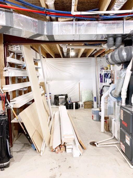 Holzlager in einem unfertigen Keller vor Foto