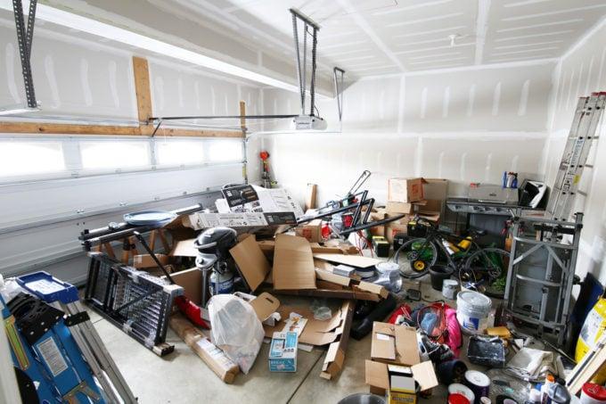 Garagem bagunçada antes da foto