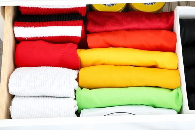 Maillots de hockey et chaussettes de hockey pliés à l'aide de la méthode KonMari