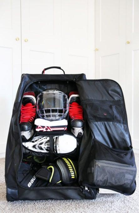 Sac de hockey organisé avec patins, casque, chandails et jambières