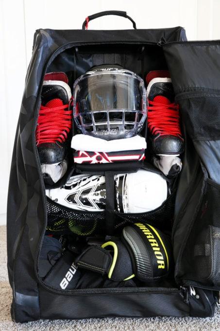 Plan détaillé d'un sac de hockey organisé